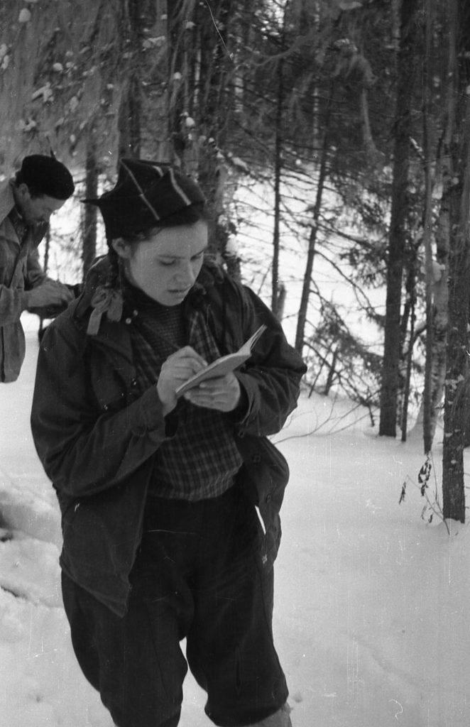 Zina Kolmogorova escrevendo em seu diário, Zolotaryov parcialmente nas costas